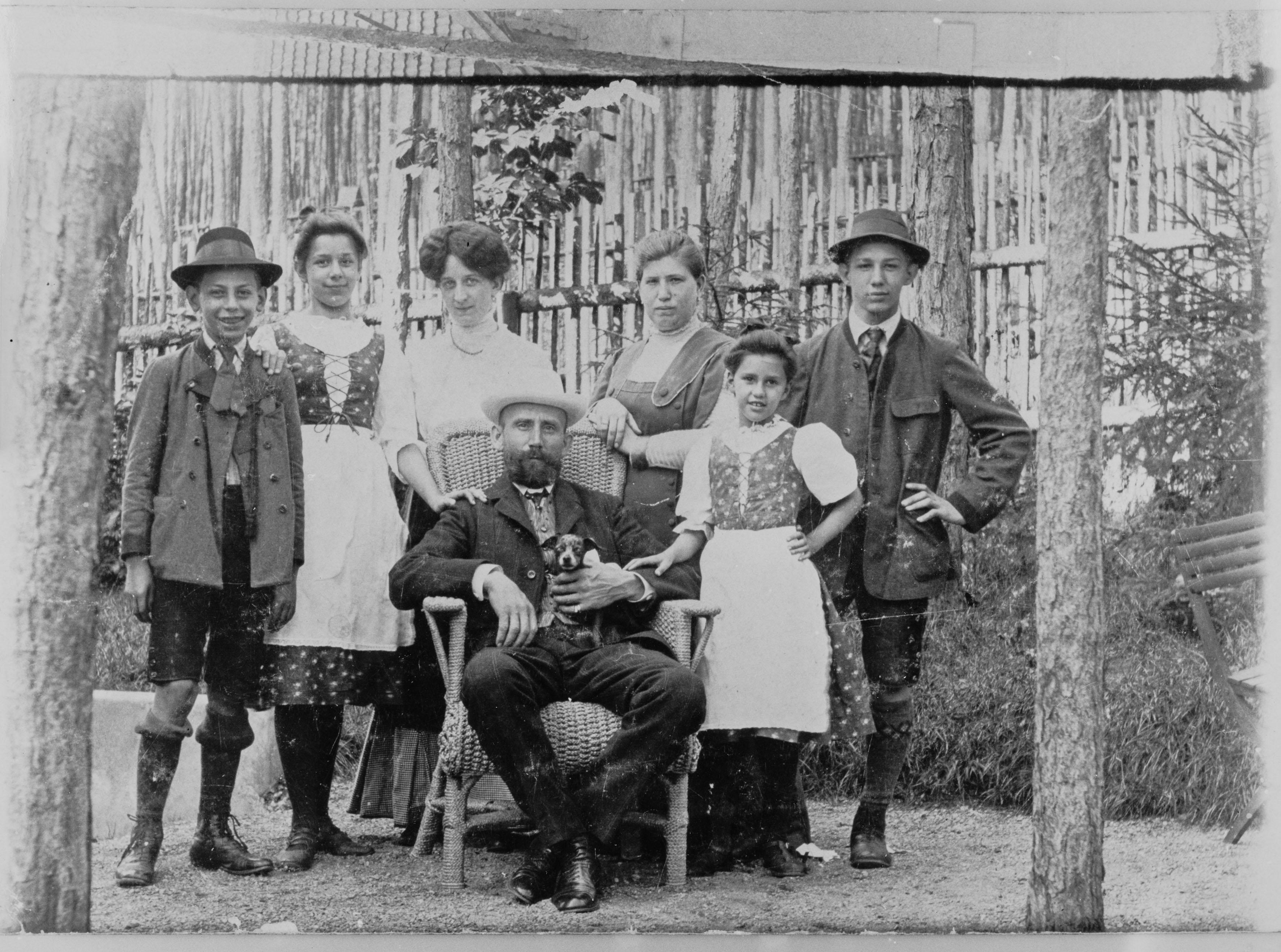 Familie Hauer, ca. 1910. Ganz links: Leopold Hauer; sitzend in der Mitte: Franz Hauer